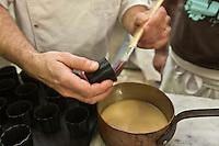 Europe/France/Aquitaine/33/Gironde/Bassin d'Arcachon/Le Cap Ferret: Préparation des canelés à la Pâtisserie Frédélian les moules sont graissés avec un mélange de beurre et de  cire d'abeille