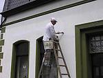 Europa, DEU, Deutschland, Handwerker, Anstreicher, Maler, Hausfassade, Handwerker beim Streichen der Hausfassade mit Farbe., Kategorien und Themen, Architektur, Architektonisch, Gebaeude, Bauwerk, Wohnen, Wohnung, Haus, Haeuser, Arbeit, Job, Jobs, Arbeitswelt, Arbeiten<br /> <br /> <br /> [Fuer die Nutzung gelten die jeweils gueltigen Allgemeinen Liefer-und Geschaeftsbedingungen. Nutzung nur gegen Verwendungsmeldung und Nachweis. Download der AGB unter http://www.image-box.com oder werden auf Anfrage zugesendet. Freigabe ist vorher erforderlich. Jede Nutzung des Fotos ist honorarpflichtig gemaess derzeit gueltiger MFM Liste - Kontakt, Uwe Schmid-Fotografie, Duisburg, Tel. (+49).2065.677997, fotofinder@image-box.com, www.image-box.com]