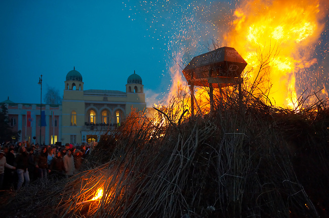 """Burning """"Winter"""" at the end of the Tuesday procession of the Busojaras Spring  festival 2010 Mohacs Hungary - Stock photos"""