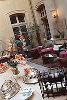 """Europe/France/Provence-Alpes-Côte d'Azur/84/Vaucluse/Avignon: Hôtel-Restaurant """"La Mirande"""" détail du Patio"""