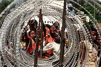 BUNIA / ITURI / CONGO.SFOLLATI INTORNO ALLA BASE DELLA MISSIONE ONU (MONUC) CHIEDONO CIBO E PROTEZIONE..FOTO LIVIO SENIGALLIESI..BUNIA / ITURI / RDC.IDP'S AROUND THE U.N. COMPOUND ASKING FOR FOOD AND PROTECTION..PHOTO LIVIO SENIGALLIESI..