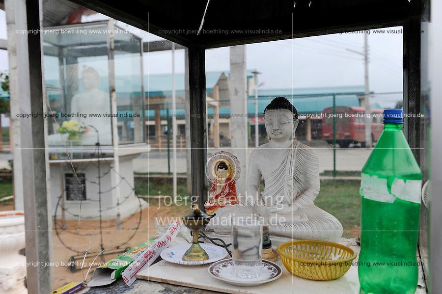 SRI LANKA Trincomalee, a new Buddha shrine at Busstand constructed by Singhalese after war against Tamil Tiger , a controversial issue for the Tamil majority / SRI LANKA Trincomalee , Singhalesen errichteten nach dem Krieg gegen die Tamil Tiger einen neuen Buddha Schrein am Busbahnhof, fuer die ueberwiegend tamilische Bevoelkerung in Trincomalee ein Dorn im Auge