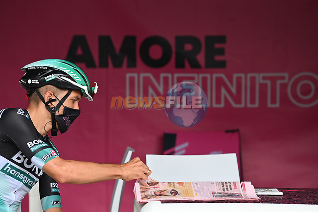 Bora-Hansgrohe catching up with the latest news at sign on before the start of Stage 5 of the 103rd edition of the Giro d'Italia 2020 running 225km from Mileto to Camigliatello Silano, Sicily, Italy. 7th October 2020.  <br /> Picture: LaPresse/Massimo Paolone | Cyclefile<br /> <br /> All photos usage must carry mandatory copyright credit (© Cyclefile | LaPresse/Massimo Paolone)