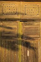 Europe/Croatie/Dalmatie/ Ile de Vis/Vis:  détail porte en bois d'une vieille  demeure