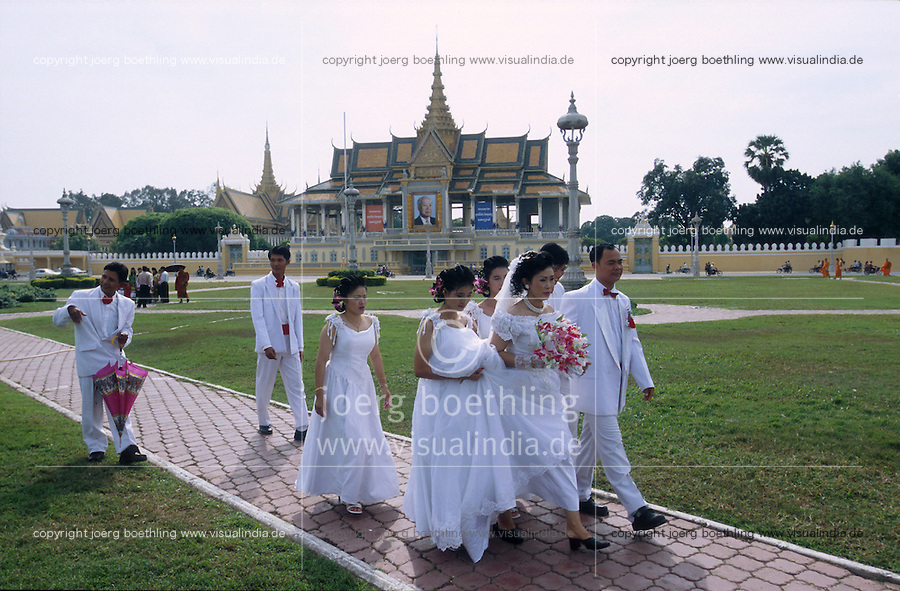 CAMBODIA, city Phnom Penh, wedding photo shooting of chinese inhabitants in front of royal palace with picture of king sihanouk / Kambodscha Phnom Penh, Chinesische Hochzeitsgesellschaft beim fotoshooting vor dem Koenigspalast