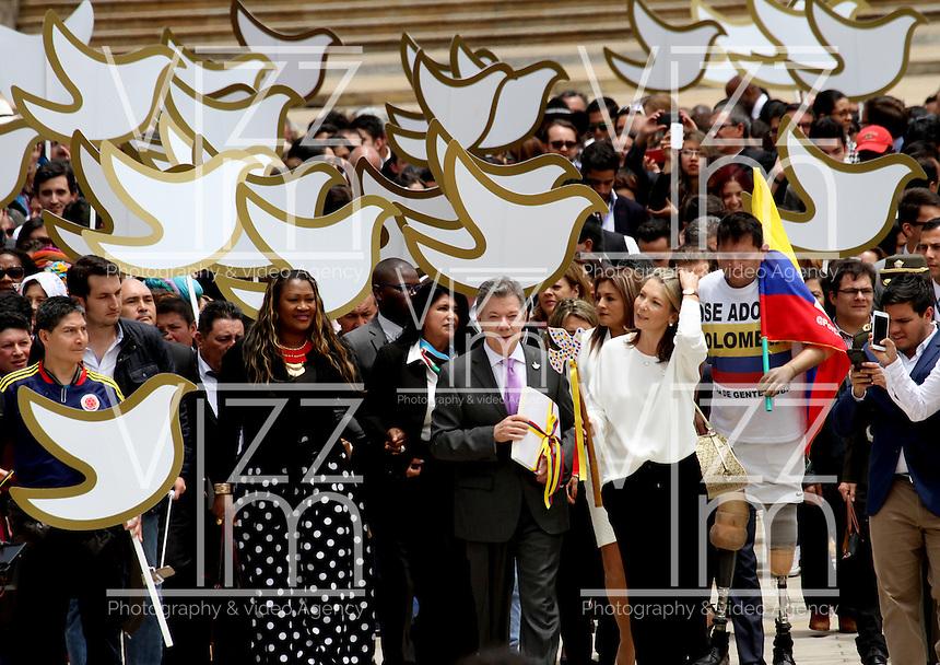 BOGOTA -COLOMBIA-25-AGOSTO-2016 .El presidente de Colombia Juan Manuel Santos entregó el paquete de acuerdos con las FARC  al senador Mauricio Lizcano en la plaza de Rafael Núnez del Capitolio Naciona.l ./ .The President of Colombia Juan Manuel Santos delivered the package of agreements with the FARC Senator Mauricio Lizcano in the Plaza de Rafael Nunez National Capitol . Photo: VizzorImage / Felipe Caicedo  / Staff