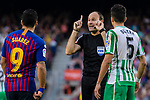 Referee Antonio Miguel Mateu Lahoz interferes the argument of Luis Alberto Suarez Diaz of FC Barcelona and Marc Bartra Aregall of Real Betis during the La Liga 2018-19 match between FC Barcelona and Real Betis at Camp Nou, on November 11 2018 in Barcelona, Spain. Photo by Vicens Gimenez / Power Sport Images