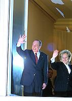 May 05, 2002; PARIS, IDF, FRANCE; VICTOIRE DE JACQUES CHIRAC A LA PRESIDENTIELLE 2002 . LE PRESIDENT ET SON EPOUSE BERNADETTE AU BALCON DE SON QG DE CAMPAGNE A PARIS<br /> Mandatory Credit: Photo by © STEPH/ VISUAL/VISUAL. #