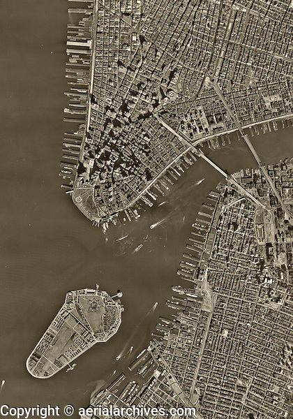 historical aerial photo map of lower Manhattan, western Brooklyn and the East River, New York City, 1954