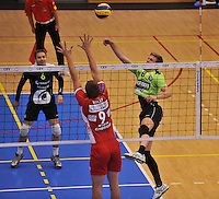 Volley Team Menen - Hotvolleys Wenen : Anshel Ver Eecke met de poging over het blok van Thomas Holly (9)<br /> foto VDB / Bart Vandenbroucke