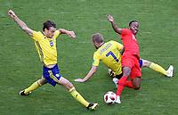 SAMARA - RUSIA, 07-07-2018: Albin EKDAL (Izq) y Sebastian LARSSON (C) jugadores de Suecia disputan el balón con Raheem STERLING (Der) jugador de Inglaterra durante partido de cuartos de final por la Copa Mundial de la FIFA Rusia 2018 jugado en el estadio Samara Arena en Samara, Rusia. / Albin EKDAL (L) and Sebastian LARSSON (C) players of Sweden fight the ball with Raheem STERLING (R) player of England during match of quarter final for the FIFA World Cup Russia 2018 played at Samara Arena stadium in Samara, Russia. Photo: VizzorImage / Julian Medina / Cont