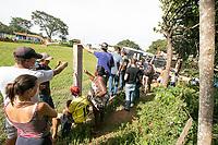 BRUMADINHO, MG, 26.01.2019:ROMPIMENTO DA BARRAGEM EM BRUMADINHO. Parentes das vitimas aguardam no ponto de apoio das aeronaves apos desastre ambiental na represa da Cia Vale, em Corrego do Feijao-Brumadinho, região metropolina de Belo Horizonte, MG, na tarde desta sexta feira (25) (foto Giazi Cavalcante/Codigo19)