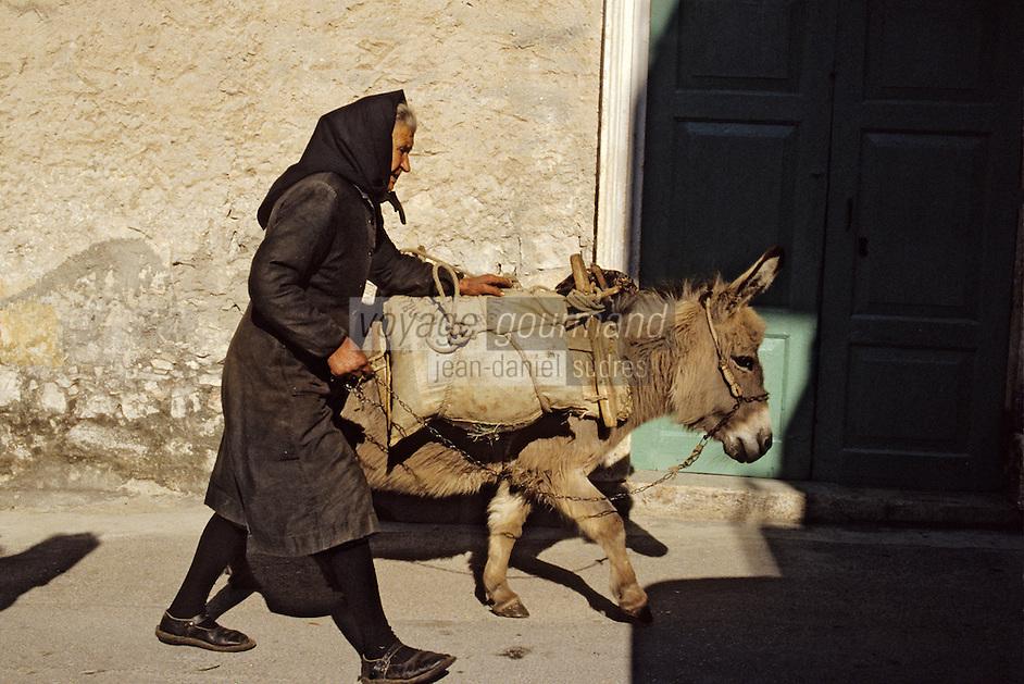 Croatie/Dalmatie/Primosten: Agricultrice rentrant des champs avec son âne<br /> PHOTO D'ARCHIVES // ARCHIVAL IMAGES<br /> YOUGOSLAVIE  1990