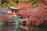 Japan, West Honshu, Kansai, Kyoto: Japanese temple garden in autumn, at Daigoji Temple | Japan, West-Honshu, Kansai, Kyoto: japanischer Garten des Daigoji Tempels in voller Herbstpracht