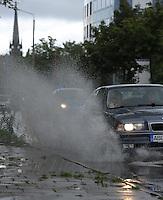 Regen Feature Pfütze Schauer Regenwetter Wetter Auto fährt durch Pfütze Spritzer Sauwetter - Pfütze an der Wundtstraße - Blick in Richtung Floßplatz . Foto: Norman Rembarz<br /> <br /> Norman Rembarz , Autorennummer 41043728 , Holbeinstr. 14, 04229 Leipzig, Tel.: 01794887569, Hypovereinsbank: BLZ: 86020086, KN: 357889472, St.Nr.: 231/261/06432 - Jegliche kommerzielle Nutzung ist honorar- und mehrwertsteuerpflichtig! Persönlichkeitsrechte sind zu wahren. Es wird keine Haftung übernommen bei Verletzung von Rechten Dritter. Autoren-Nennung gem. §13 UrhGes. wird verlangt. Weitergabe an Dritte nur nach  vorheriger Absprache.