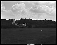 20 mai 1965. Vue d'un attérissage d'un Bréguet en forêt de Boucconne