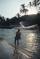 Indien, Strand von Baga (Goa).Fischer mit Wurfnetz