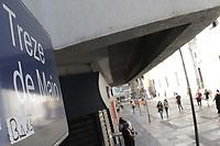 Campinas (SP), 22/06/2020 - Comercio - Movimentacao no comercio da Rua 13 de Maio. Lojas de rua e shoppings estao proibidos de abrirem nesta semana na cidade de Campinas, interior de Sao Paulo, apos o recuo da Prefeitura devido ao aumento de casos do novo coronavirus na cidade. Numeros da doenca divulgados nesta segunda-feira (22) informaram que Campinas soma 213 mortes pela doenca com 5.751 casos confirmados da doenca.<br />No corredor da 13 algumas lojas estavam funcionado com meia porta para a entrega de produtos e tambem para o pagamento de contas, mas tambem havia pessoas passeando no local. Com o novo fechamento, o funcionamento de lojas abertas e permitido apenas para comercio classificado como essencial, como e o caso de supermercados e oticas, que continuam com permissao para a abertura. (Foto: Denny Cesare/Codigo 19/Codigo 19)