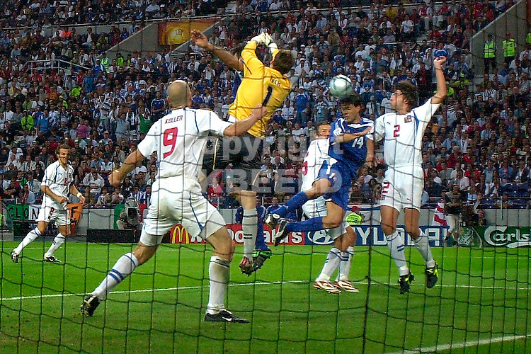 Griekenland - Tsjechie halve finale Europees kampioenschap 2004 Portugal seizoen 2003-2004 01-07-2004  doelman Cech tast mist maar Fyssas profiteert niet