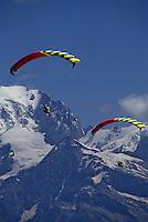 Europe/France/Rhône-Alpes/74/Haute-Savoie/Chamonix: Parapentes et le Mont Blanc