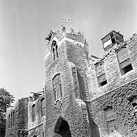 Début des travaux de démolition de l'Académie commerciale catholique de Montréal, aussi appelée l'Académie du Plateau. L'école est située sur la rue Winning. / Florent Charbonneau. - 6 juin 1960