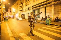 14 novembre attentati a Parigi soldati pattugliano l estrade durante gli attacchi dei terroristi. coprifuoco.
