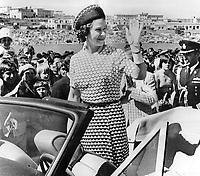 Queen Elizabeth II<br />  waves to crowd after arriving in Newfoundland.<br /> <br /> Photo : Boris Spremo - Toronto Star archives - AQP