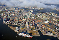 Queen Mary 2 in Hamburg: EUROPA, DEUTSCHLAND, HAMBURG, (EUROPE, GERMANY), 10.11.2013:Queen Mary 2 das weltgroesstes Passagierschiff und Flaggschiff der britischen Cunard Line  im Hamburger Hafen vor der Hamburger Innenstadt