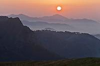 Europe/France/Aquitaine/64/Pyrénées-Atlantiques/Pays-Basque/Aussurucq: Soleil couchant sur les Pyrénées Basques et les Arbailles  et les les paturages d'Ahusquy