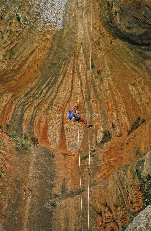 Canyonisme (canyoning : descente de canyon)  dans la région Sierra de Guara. Province de l'Aragon; Espagne. Europe..Climbing (canyoneering) in Sierra de Guara. Aragon county. Spain. Europe.