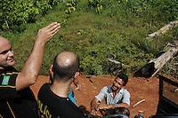PDS Esperança.<br /> Um dia após o enterro da missionária americana Dorothy Mae Stang, assassinada último dia 12/02, agentes da polícia federal conseguem chegar ao pds Esperança em busca de informações encontrando barracos destruidos e o carro usado na fuga incendiado a beira da vicinal. <br /> O clima é tenso após o assassinato da religiosa ocorrido no municÌpio.<br /> Irmã Dorothy, 73 anos vinte oito dos quais na Amazônia foi sassinada brutalmente as 7: 30 de 12/02/2005 quando saia de uma casa no PDS Esperança.<br /> Anapú, Pará, BrasilFoto Paulo Santos/Interfoto16/02/2005