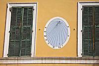 Europe/France/Provence-Alpes-Côtes d'Azur/06/Alpes-Maritimes/Alpes-Maritimes/Arrière Pays Niçois/Tende: Cadrn solaire et fenêtre, Place du Colonel M. Guido