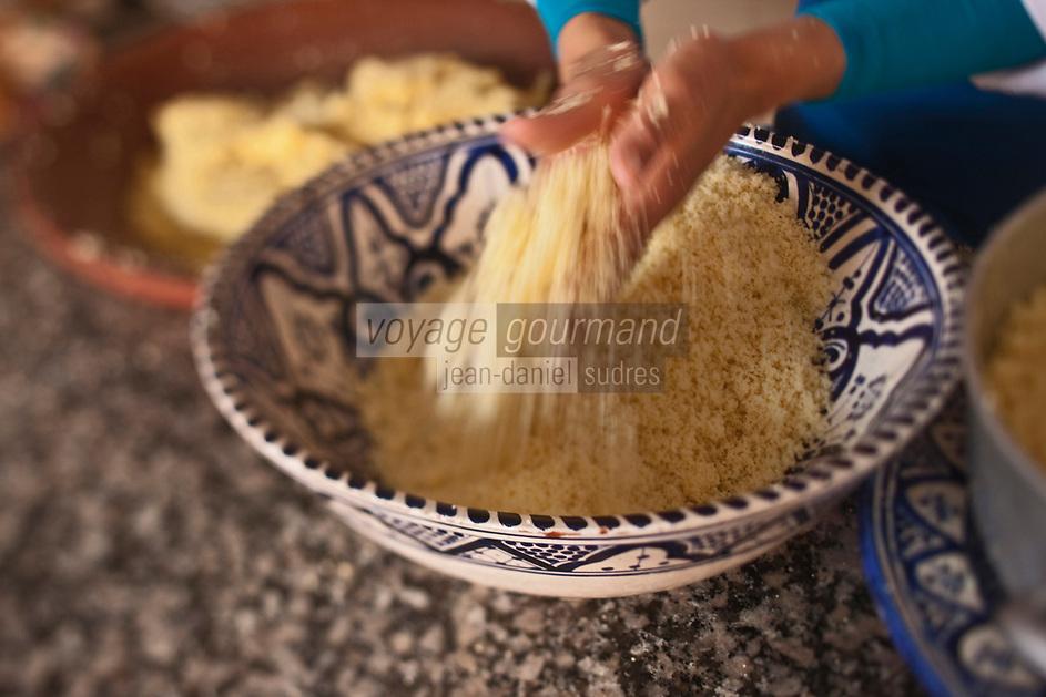 Afrique/Afrique du Nord/Maroc/Province d'Agadir/Tighanimine Elbaz: Ecolodge Atlas Kasbah - Préparation du couscous marocain, séparation des grains de la semoule