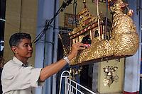 Asie/Birmanie/Myanmar/Yangon: Pagode Paya Sule - Birman mettant son offrande dans la barge téléphérique