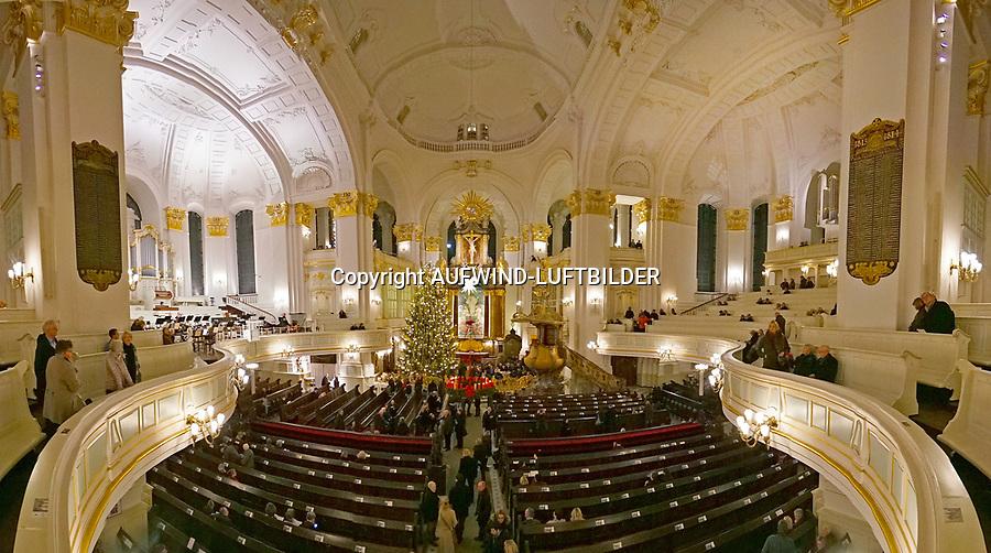 St. Michaelis Kirchenraum in der Weihnachtszeit: EUROPA, DEUTSCHLAND, HAMBURG 21.12.2013:  Blick von der Orgelempore auf den Altar der St. Michaelis Kirche,