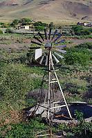 Windrad für Wasserüumpe an der Straße Mindelo-Calhau, Sao Vicente, Kapverden, Afrika