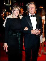 JOHN HURT ET SON EPOUSE - 64EME FESTIVAL DE CANNES 2011 - MONTEE DU FILM 'ICHIMEI'