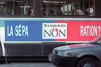 REFERENDUM QUEBEC 1995 PUBLICITE COMITE DU NON<br /> SUR UN AUTOBUS  ON A RAISON DE DIRE NON LA SEPARATION ?<br /> PHOTO JACQUES NADEAU <br /> 13 SEPTEMBRE 1995 P.A-4