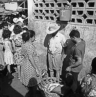 Fischverkauf am Ufer der Isla Margarita, Venezuela 1966. fish sale at the coast of the Isla Margarita, Venezuela 1966.