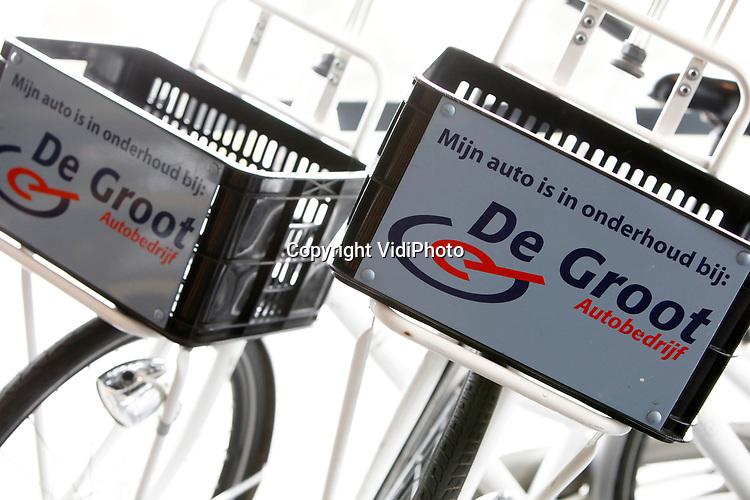 Foto: VidiPhoto<br /> <br /> VEENENDAAL – Autobedrijf De Groot handelt voornamelijk in occassions en heeft een vestiging in zowel Veenendaal als Rhenen. De twee broers Jan en Gerrald vormen samen de directie van het bedrijf.