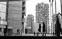 Milano, quartiere Porta Nuova Garibaldi. I grattacieli Bosco Verticale e la piazza Gae Aulenti --- Milan, Porta Nuova Garibaldi district. The skyscrapers Bosco Verticale and Gae Aulenti square