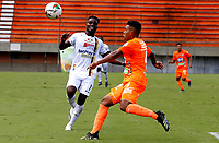 ENVIGADO - COLOMBIA, 27–03-2021: Santiago Ruiz de Envigado F. C. y Andres Estupiñan de Deportes Tolima disputan el balon durante partido entre Envigado F. C. y Deportes Tolima de la fecha 15 por la Liga BetPlay DIMAYOR I 2021, en el estadio Polideportivo Sur de la ciudad de Envigado. / Santiago Ruiz of Envigado F. C. and Andres Estupiñan of Deportes Tolima fight for the ball during a match between Envigado F. C. and Deportes Tolima of 15th date for the BetPlay DIMAYOR I 2021 League at the Polideportivo Sur stadium in Envigado city. Photo: VizzorImage / Donaldo Zuluaga / Cont.