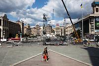 UKRAINE, Kiev, 31/05/2012.Des Ukrainiens marchent sur la célèbre place Maidan, ou place de l'Indépendance, symbole de la révolution orange dans le centre de Kiev, Ukraine..UKRAINE, Kiev, 2012/05/31..Ukrainians walk on the famous Maidan square, or Independence Square, the symbol of the Orange Revolution in the center of Kiev, Ukraine..© Pierre Marsaut / Est&Ost Photography