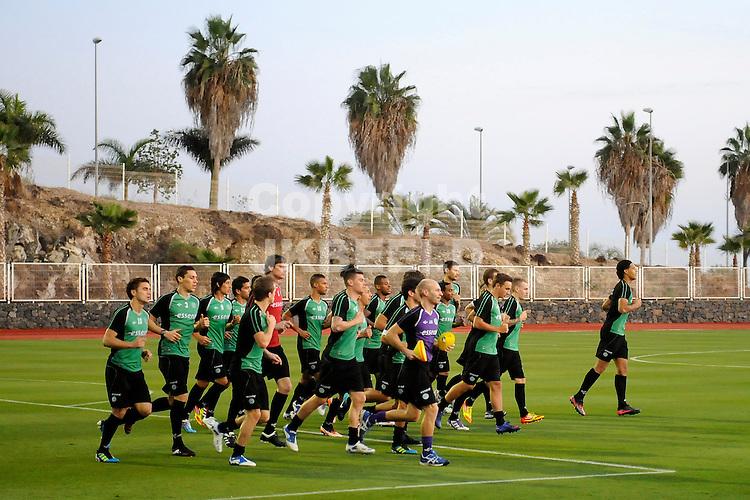 ADEJE - Voetbal, Eerste training na aankomst van  FC Groningen op Tenerife,  seizoen 2011-2012, 09-01-2012  Lichte eerste training..