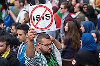 """Ca. 1000 Menschen protestierten am Samstag den 11. Juli 2015 in Berlin mit einer Demonstration anlaesslich des anti-israelischen Al Quds-Tag. Sie riefen Parolen wie """"Kindermoerder Israel"""" und """"Israel raus aus Palaestina"""".<br /> Am sogenannten Al Quds-Tag protestieren weltweit Muslime gegen die Besetzung der palaestinensischen Gebiete durch Israel.<br /> Etwa 2050 bis 300 Menschen protestierten gegen die Demonstration.<br /> Im Bild: Ein Demonstrationsteilnehmer mit einem Schild gegen die Terrororganisation Islamischer Staat, IS.<br /> 11.7.2015, Berlin<br /> Copyright: Christian-Ditsch.de<br /> [Inhaltsveraendernde Manipulation des Fotos nur nach ausdruecklicher Genehmigung des Fotografen. Vereinbarungen ueber Abtretung von Persoenlichkeitsrechten/Model Release der abgebildeten Person/Personen liegen nicht vor. NO MODEL RELEASE! Nur fuer Redaktionelle Zwecke. Don't publish without copyright Christian-Ditsch.de, Veroeffentlichung nur mit Fotografennennung, sowie gegen Honorar, MwSt. und Beleg. Konto: I N G - D i B a, IBAN DE58500105175400192269, BIC INGDDEFFXXX, Kontakt: post@christian-ditsch.de<br /> Bei der Bearbeitung der Dateiinformationen darf die Urheberkennzeichnung in den EXIF- und  IPTC-Daten nicht entfernt werden, diese sind in digitalen Medien nach §95c UrhG rechtlich geschuetzt. Der Urhebervermerk wird gemaess §13 UrhG verlangt.]"""