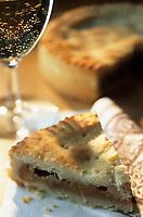 """Europe/Suisse/Saanenland/Gstaad: Tourte sablée fourrée à base de noix, caramel et crème de la boulangerie confiserie """"Early Beck"""""""
