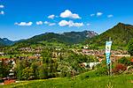 Deutschland, Bayern, Chiemgau, Ruhpolding mit Pfarrkirche St. Georg und Hochfelln (1.671 m) | Germany, Bavaria, Chiemgau, Ruhpolding with parish church St. Georg and Hochfelln mountain (1.671 m)
