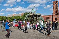 """Am Samstag den 16. Mai 2020 demonstrierten in Berlin an mehreren Orten mehrere hundert Menschen mit sog. """"Hygiene-Demonstrationen"""" gegen die Einschraenkungen zur Eindaemmung der Covid-19-Pandemie. An diesen """"Hygiene-Demonstrationen"""" nahmen vor allem Verschwoerungsanhaenger aber auch Hooligans, Neonazis und andere Rechte teil.<br /> Im Bild: Hippies tanzen am Neptunbrunnen in Berlin-Mitte gegen die Corona-Beschraenkungen.<br /> 16.5.2020, Berlin<br /> Copyright: Christian-Ditsch.de<br /> [NUR FUER REDAKTIONELLE ZWECKE! Werbung nur auf Anfrage beim Fotografen. Inhaltsveraendernde Manipulation des Fotos nur nach ausdruecklicher Genehmigung des Fotografen. Vereinbarungen ueber Abtretung von Persoenlichkeitsrechten/Model Release der abgebildeten Person/Personen liegen nicht vor. NO MODEL RELEASE! Don't publish without copyright Christian-Ditsch.de, Veroeffentlichung nur mit Fotografennennung, sowie gegen Honorar, MwSt. und Beleg. Konto: I N G - D i B a, IBAN DE58500105175400192269, BIC INGDDEFFXXX, Kontakt: post@christian-ditsch.de<br /> Bei der Bearbeitung der Dateiinformationen darf die Urheberkennzeichnung in den EXIF- und  IPTC-Daten nicht entfernt werden, diese sind in digitalen Medien nach §95c UrhG rechtlich geschuetzt. Der Urhebervermerk wird gemaess §13 UrhG verlangt.]"""
