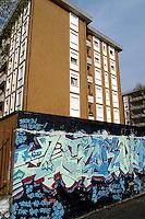 - house with graffitti....- palazzo di abitazione con graffitti