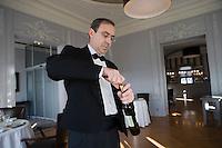 """Europe/France/Normandie/Haute-Normandie/76/Seine-Maritime/Le Havre: Restaurant """"La Villa"""" -Service du vin par le sommelier"""